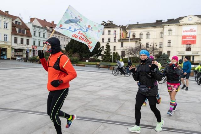 Pas startowy akcji Lot dla Celinki miał miejsce na płycie Starego Rynku w Bydgoszczy. To właśnie tu o godz. 8.30 w Wielkanocny Poniedziałek (5 kwietnia) grupa ochotników - biegaczy i rowerzystów - wystartowała w trasę, której metą był Szubin i dom Celinki. Wydarzenie zorganizowało Stowarzyszenie Waleczne Serca
