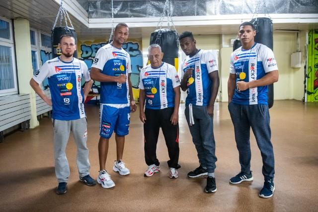Właściciel klubu bokserskiego Walczak, Krzysztof Block, Pablo Sanchez, trener Francisco Perez, Evander Rivera i Ihosvany Garcia przed treningiem na Dębcu.Przejdź do kolejnego zdjęcia --->