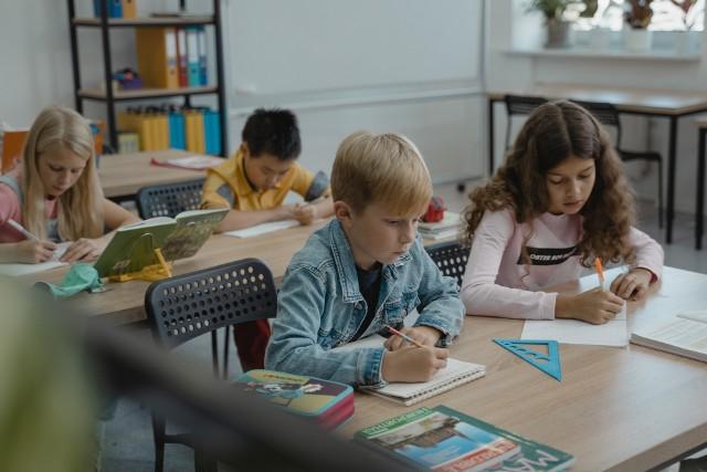 Szkoły przygotowują się na powrót uczniów w czasie wciąż trwającej pandemii.