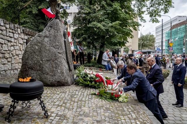W piątek 28 czerwca w Poznaniu odbywają się obchody 63. rocznicy Czerwca '56. Poznaniacy czczą pamięć ofiar zrywu przez cały dzień. Przejdź do kolejnego zdjęcia --->