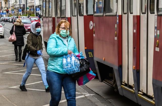 Korzystając z komunikacji miejskiej pamiętajmy o obowiązku zakrywania ust i nosa.