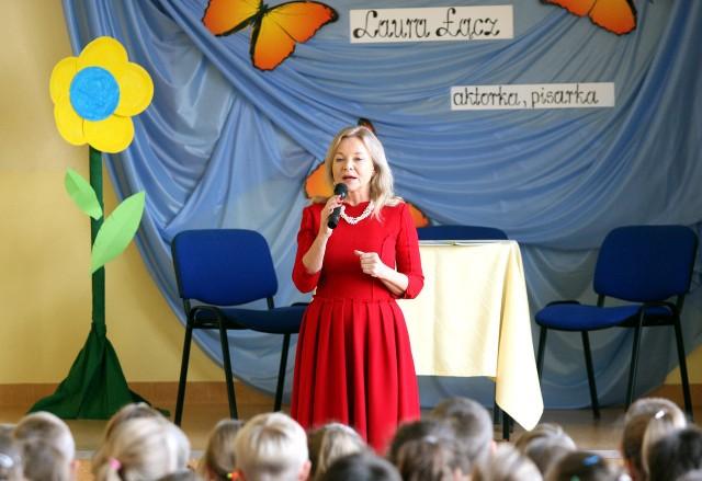 """Laura Łącz znana jest z takich filmów i seriali jak: """"Kwiat paproci"""", """"Polskie drogi"""", """"Układ krążenia"""", """"07 zgłoś się""""."""