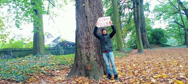 Kacper Ropka, mieszkaniec Krzeszowic  przy jednym z drzew - wyznaczonych do wycinki - na Dzikich Plantach nad Krzeszówką