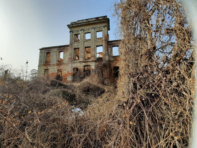 Jelenin. Jeden pałac jest ruiną. Drugi... No cóż, zobaczcie sami