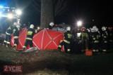 Wypadek na trasie Smolice - Rogożewo samochód uderzył w drzewo. Nie żyją dwie osoby [ZDJĘCIA]