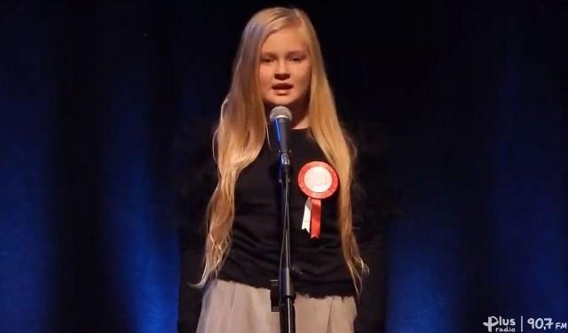 Śpiewa Klaudia Drab, jedna z uczestniczek koncertu.
