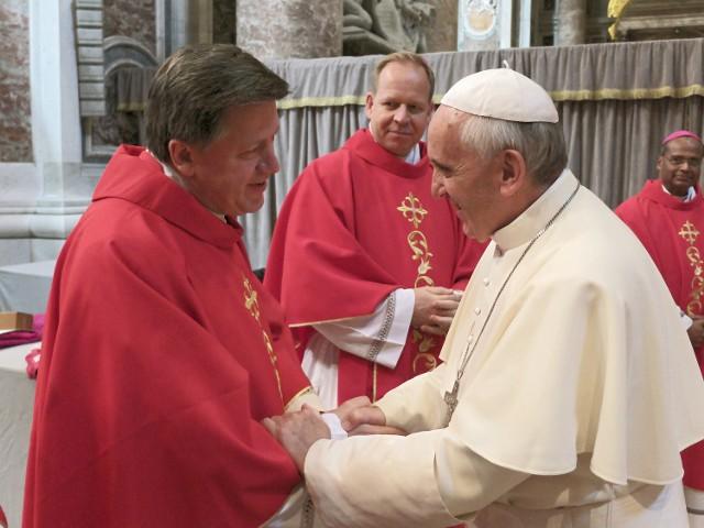 Spotkanie abp. Józefa Kupnego i papieża Franciszka w czerwcu 2013 roku, podczas uroczystości nałożenia paliusza