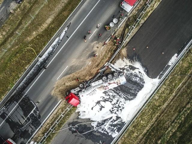 We wtorek, 17 lipca, doszło do poważnego wypadku na drodze S3, na wysokości Niedoradza. Zderzyły się trzy samochody osobowe i cysterna przewożąca paliwo. Cysterna wywróciła się.Wypadek miał miejsce na odcinku Zielona Góra - Niedoradz. Aktualizacja: godzina 20.05Jak informuje lubuska policja, droga w miejscu, gdzie doszło do wypadku, może być nieprzejezdna do godzin porannych. Strażacy muszą wypompować zawartość cysterny, akcja jest skomplikowana i przez to czasochłonna.  Pierwsze informacje- Uczestniczyły w nim cztery pojazdy. Trzy osobowe: chrysler, fiesta i bmw oraz cysterna - informuje nas st. sierż. Justyna Sęczkowska, rzecznik nowosolskiej policji. - Z cysterny wyciekło paliwo. Droga została zablokowana w obu kierunkach. Ze wstepnych ustaleń wynika, że cysterna z paliwem jechała w kierunku Zielonej Góry. Z naprzeciwka jechał kierujący fordem fiestą. Z niewyjaśnionych jeszcze przyczyn zjechał pod tira. Z dużą siłą uderzył w przód ciężarówki, wyrywając jej koło.  Cysterna przewróciła się. W wypadku wzięły udział jeszcze dwa auta. Kierowca forda był uwalniany z rozbitego samochodu. Strażacy musieli rozcinać karoserię, żeby wyciągnąć rannego mężczyznę. Zaraz potem był reanimowany. - Został przetransportowany śmigłowcem do zielonogórskiego szpitala. Kierowca ciężarówki trafił do szpitala w Nowej Soli - mówi st. sierż. J. Sęczkowska.Sytuacja w miejscu wypadku jest trudna. Strażacy neutralizują wyciek paliwa z przewróconej cysterny i chłodzą ją. Wyznaczono strefę bezpieczeństwa. Droga S3 jest całkowicie zablokowana. Na trasie tworzą się gigantyczne korki. Utrudnienia mogą potrwać do późnego wieczoru.Policjanci wyznaczyli objazd przez miejscowość Czarna. Zobacz też: CO JEST GŁÓWNĄ PRZYCZYNĄ WYPADKÓW NA POLSKICH DROGACH?wideo:Dzień Dobry TVN/x-news