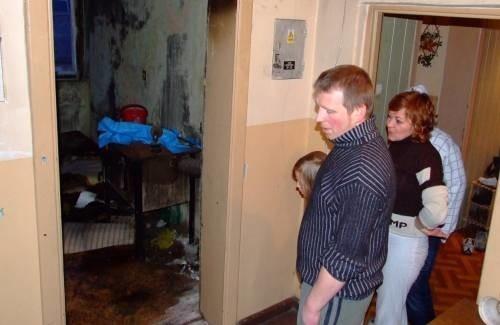 - Sąsiadka za ścianą w ubiegłym tygodniu podpaliła własne mieszkanie. Boimy się o nasze życie - mówi Mariusz Bryndzak.