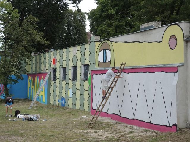 Wielki krokodyl powstał na budynku przy ulicy Piastowskiej.