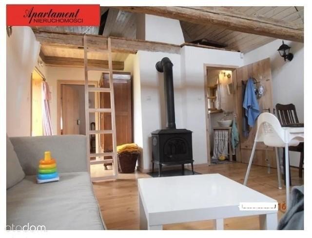 CEKCYN, BORY TUCHOLSKIE.Domek w połowie drewniany, w połowie murowany z użytkowym poddaszem, wiatą i pomieszczeniem gospodarczym, też pod strzechą.Cena: 190 000 złPowierzchnia: 55 m kw.Liczba pokoi: 2Powierzchnia działki: 300 m kw.https://www.otodom.pl/pl/oferta/domek-bory-tucholskie-ID47LMp.html#1433ff2d59
