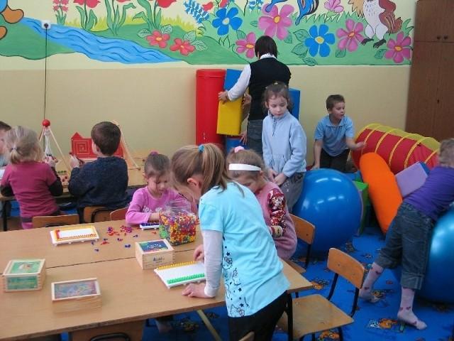 W sali zabaw dzieci bawią się i uczą koncentracji uwagi, orientacji przestrzennej i rozwijają zdolności manualne. Nz. sala zabaw w SP 15 w Przemyślu.
