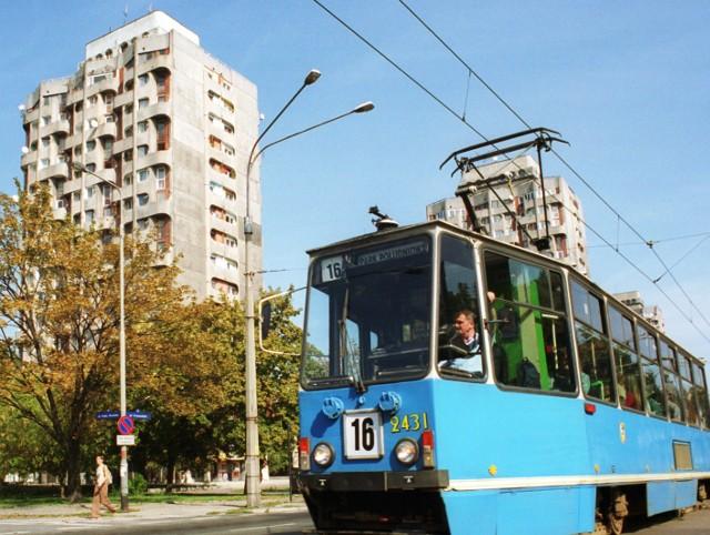 Dawniej tramwaj linii 16 kursował z Parku Południowego do zoo przez pl. Grunwaldzki. Zdjęcie pochodzi z 2003 roku.