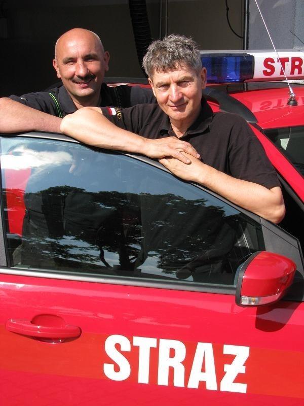 Kazimierz Węsierski i Dariusz Domaradzki to kumple w pracy i poza nią. Wczoraj nie było z nimi Stanisława Lipińskiego, trzeciego ze zgłoszonych do plebiscytu zawodowców ze Strzelec. Jest w Warszawie w ekipie do walki z powodzią.