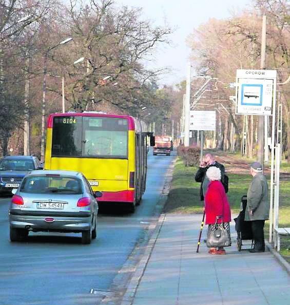 Autobusy linii A nie zatrzymują się na przystanku Oporów. Nie wszyscy mieszkańcy o tym wiedzą. A inne linie jeżdżą zbyt rzadko