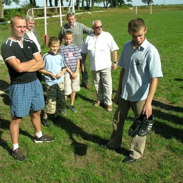 - Na takiej rozjeżdżonej murawie trudno grać - mówi piłkarz Łukasz Smolar (z prawej). - Ale nie zamierzamy wyganiać hodowców - chcemy to załatwić polubownie.