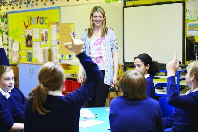 Wynagrodzenie zasadnicze nauczycieli wzrosło od 1 września 2020 o 6 proc. Podwyżki to efekt porozumienia z kwietnia 2019 roku. Zobacz, ile zarabiają nauczyciele po podwyżce --->