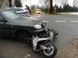Wypadek w Sztutowie. 8.01.2021 r. Samochód uderzył w skuter, jedna osoba trafiła do szpitala. Policja bada przyczyny zdarzenia
