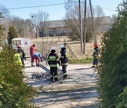 Do zdarzenia doszło we wtorek, 24 marca po godz. 11 w Białochowie w gm. Rogóźno w powiecie grudziądzkim. W akcji brały udział dwa zastępy OSP: Szembruk i Rogóźno. Działania także podjęło pogotowie energetyczne. Jak informują mieszkańcy, pracownicy elektrowni owinęli słup taśmą. Prądu póki co nie ma.