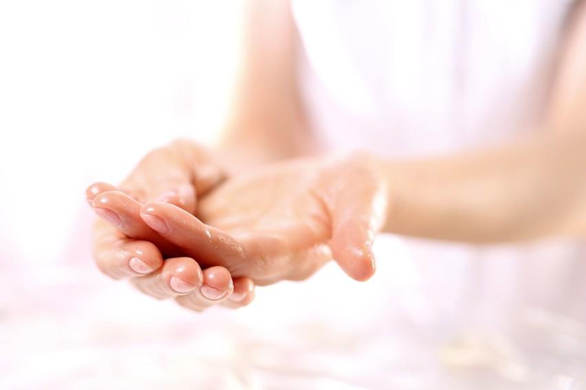 Regularne mycie i dezynfekcja rąk, a także noszenie gumowych...