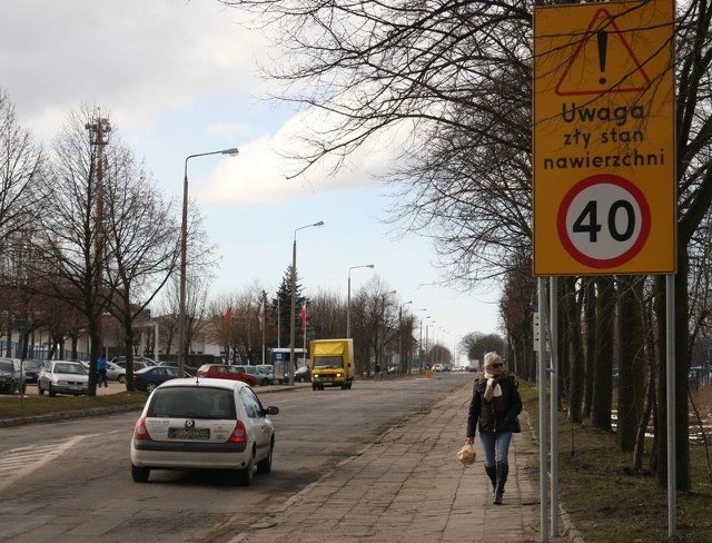Jeden ze znaków ograniczających prędkość przy ul. Grunwaldzkiej w Słupsku.