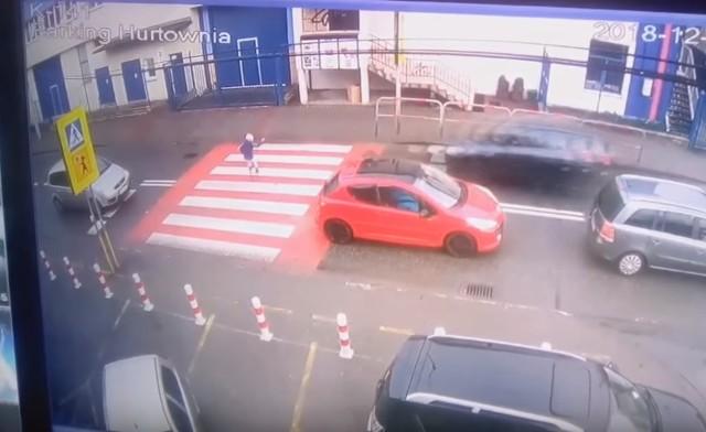 11-latka potrącona na przejściu w Sułkowicach - stopklatka z materiału wideo.
