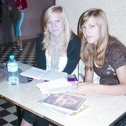 Justyna Szabłowska (z lewej) i Paulina Lesińska z II LO rozumieją, dlaczego wielu uczniów korzysta z korepetycji. Nie każdy radzi sobie z przeładowanymi programami w szkole.