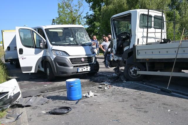 Wypadek na ul. Fijewo w Radzyniu Chełmińskim. Czołowo zderzyły się dwa samochody dostawcze