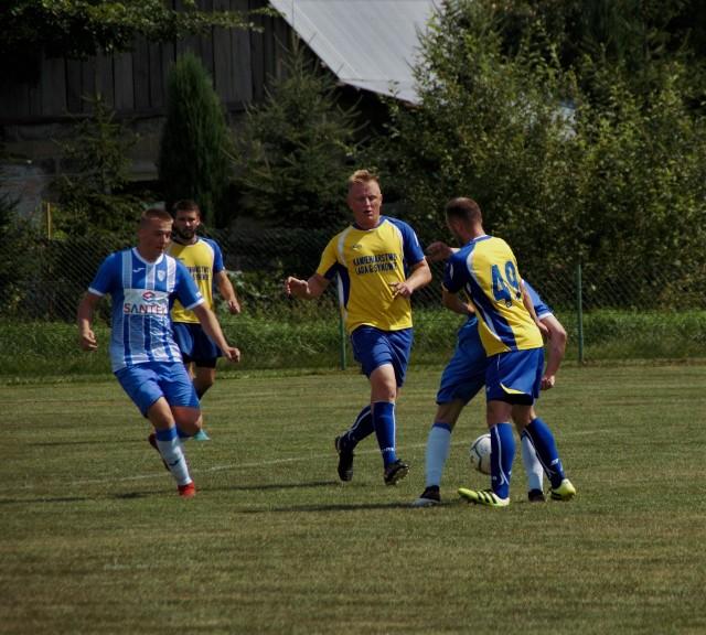 Beniaminek z Wolicy Piaskowej (na niebiesko) wywalczył punkt w starciu z doświadczonym zespołem Kamieniarza Golemki