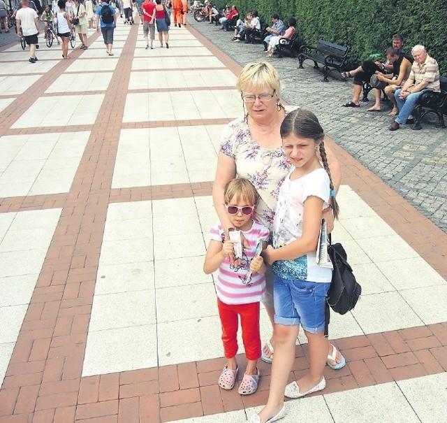 – Dziś jest czysto. Widać, że swoje zrobiły ostatnie ulewy. Jednak nie zawsze tak jest. Przyjeżdżam tu od lat siedemdziesiątych. Kiedyś był większy porządek, ale też inne były chodniki. Nie tak eleganckie, jak teraz, na których wszystko widać – mówi pani Mirosława z Warszawy. Na zdjęciu z Antoniną (z lewej) i Julią.