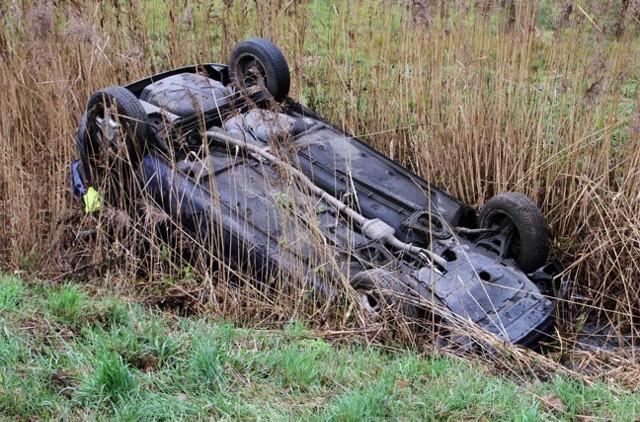 Renault wpadło do rowu z wodą.