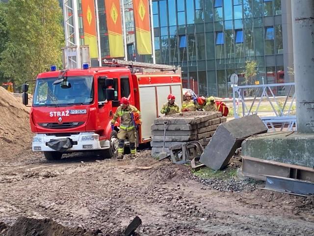 Akcja strażaków na poznańskim dworcu kolejowym. Co się stało? Nie był to pożar. Trzy zastępy strażackie z Jednostki Ratowniczo-Gaśniczej nr 2 w Poznaniu brały udział w zaplanowanych ćwiczeniach.Przejdź do kolejnego zdjęcia --->