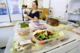 Codziennie, pod drzwi Polaków dostarcza się ok. 160-180 tys. zestawów cateringu dietetycznego