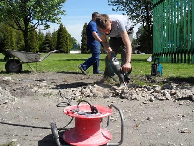 Prace potrwają do września. Izabela Piwowarska, dyrektor Miejskiego Ośrodka Rekreacji i Wypoczynku objaśnia: - To musi tyle trwać, bowiem beton mrozoodporny powinien leżakować do 54 dni, w temperaturze powyżej 8 stopni C. Dlatego nie mogliśmy rozpocząć remontu w lutym czy marcu.