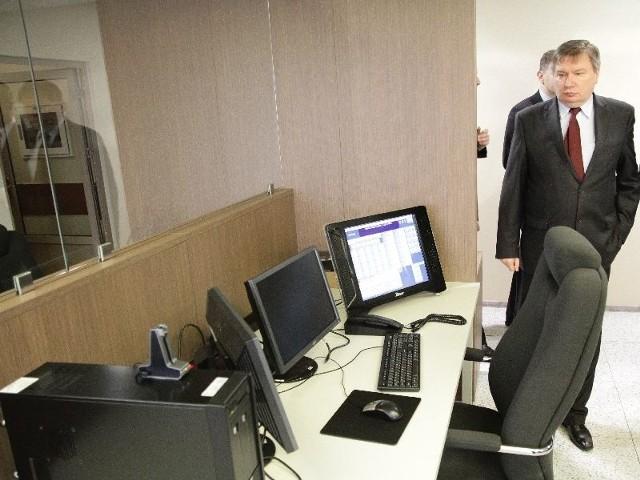 , minister SW i A  w pomieszczeniach Centrum Powiadamiania Ratunkowego