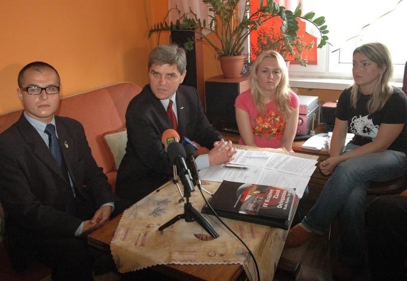 Konferencja Bogusława Ziętka odbyła się w prywatnym mieszkaniu. Towarzyszyli kandydatowi jego rzecznik Patryk Kosela i lokatorki.