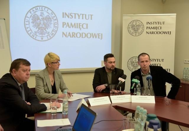 O projekcie poszukiwania miejsc pochówku ofiar totalitaryzmów w piątek opowiadali (od lewej): prokurator Janusz Romańczuk, Barbara Bojaryn-Kazberuk, Andrzej Ossowski i Marcin Zwolski