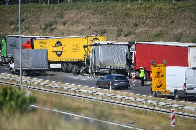Do poważnego wypadku doszło w czwartek po godz. 10.00 na autostradzie A2. Między Krzesinami a Luboniem zderzyło się sześć aut, wszystkie pasy w kierunku Świecka są zablokowane.Kolejne zdjęcie -->