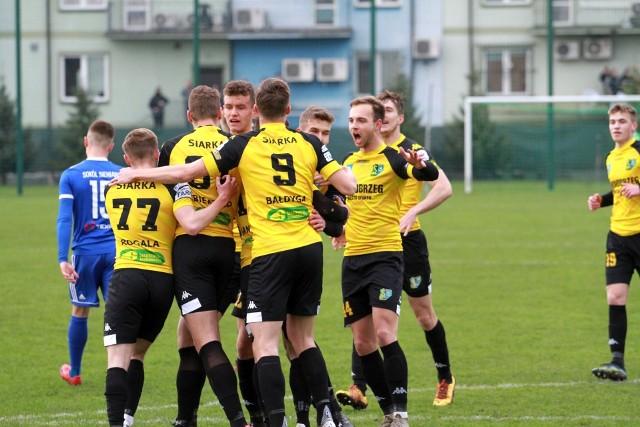 W sobotę 17 kwietnia Siarka Tarnobrzeg pokonała na własnym boisku Sokoła Sieniawa 2:1. Sprawdź, jak oceniliśmy tarnobrzeżan za ten mecz w skali 1-10.