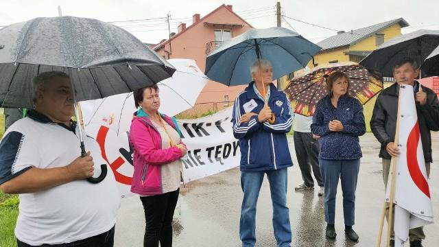 W Sławkowie na ul. Hrubieszowskiej mieszkańcy protestowali przeciwko brakowi łącznika Euroterminalu z S1 oraz tirom, które jadą - często wbrew zakazowi - pod oknami ich domówZobacz kolejne zdjęcia/plansze. Przesuwaj zdjęcia w prawo - naciśnij strzałkę lub przycisk NASTĘPNE