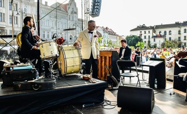 """Podczas bydgoskiego koncertu Jazz Bandu Młynarski/Masecki udało się odtworzyć klimat przedwojennej, bydgoskiej kawiarni. W pobliżu sceny stanęły kawiarniane stoliki, przy których można było delektować muzyką i poczęstunkiem. Takie miejsce kosztowało 10 zł. Specjalnie na tę okazję wydrukowano też okolicznościowego """"Kuriera"""" na starym papierze"""