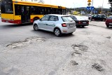 Wielkie dziury przy ulicy Jagiellońskiej w Kielcach. Miejski Zarząd Dróg szykuje rewolucję, przebuduje dojazd, chodnik, parking [ZDJĘCIA]