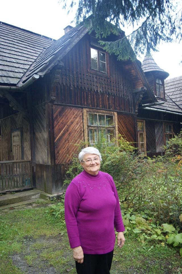 Janina Marek przed domem na Jaszczurówce. Nie ma tu wody, toalety,  dach przecieka...