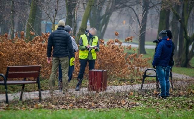 W niedzielę (13.12) w parku przy ulicy Obywatelskiej trwały czynności śledczych z prawdopodobnym sprawcą zabójstwa.Zobacz kolejne zdjęcia. Przesuwaj zdjęcia w prawo - naciśnij strzałkę lub przycisk NASTĘPNE