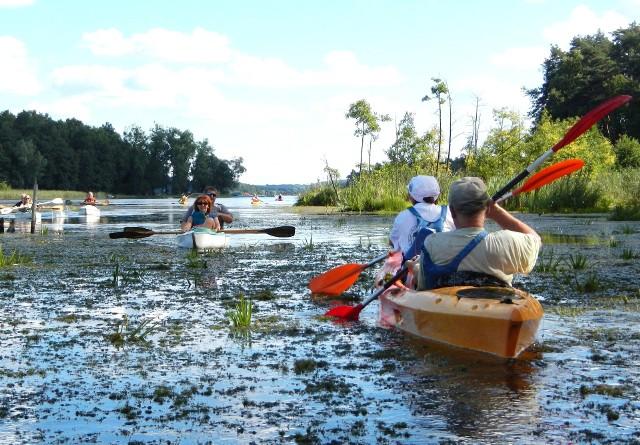Latem, gdy robi się naprawdę ciepło, na Jeziorach Brodnickich pojawiają się kajakarze, całe spływy