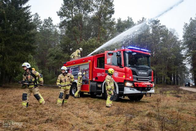 Strazacy z OSP Pogorzałki walczyli z pożarem w Biebrzańskim Parku Narodowym. Program Współpracy Transgranicznej Polska-Białoruś-Ukraina pomógł walczyć z pożarem dzikiego parku. - 22 kwietnia otrzymaliśmy instrukcje walki z pożarem płonącego torfu i trzcin w Biebrzańskim Parku Narodowym. Przyjechaliśmy pojazdem zakupionym z projektu Współpracy Transgranicznej Polska-Białoruś-Ukraina - relacjonował  Krzysztof Kondraciuk, strażak, który brał udział w akcji.
