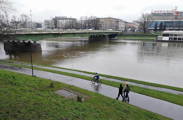 Od kilku dni w Krakowie mamy intensywne opady deszczu. Woda nawadnia rośliny, zmywa zabrudzone po zimie ulice, ale powoduje też podnoszenie się poziomu w rzekach.