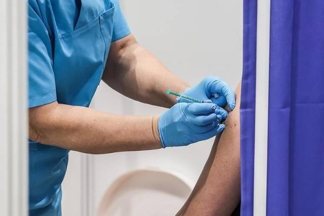 Odkładanie decyzji o szczepieniu opóźnia powrót do normalności apelują radni w specjalnym stanowisku do białostoczan