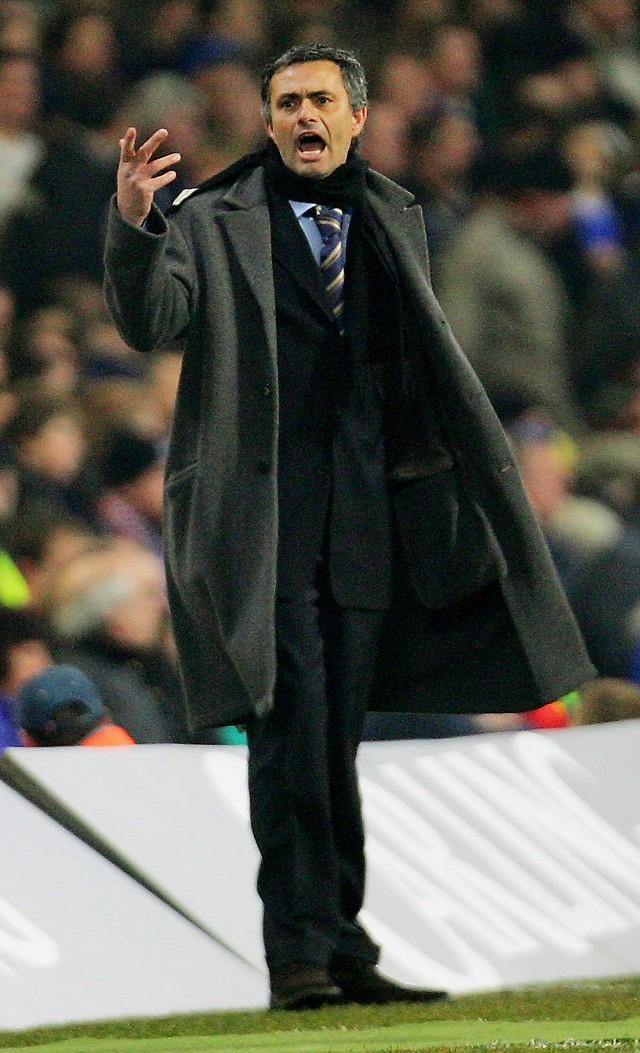 Trener Chelsea Jose Mourinho czeka dziś trudny dzień. przecież ściągnięto go do Londynu głównie po to, by zdobyć mistrzostwo Anglii i wygrać Ligę Mistrzów.