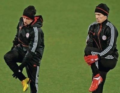 Franck Ribery (z lewej) i Arjen Robben (obaj Bayern) na treningu we Florencji Fot. PAP/EPA/CARLO FERRARO